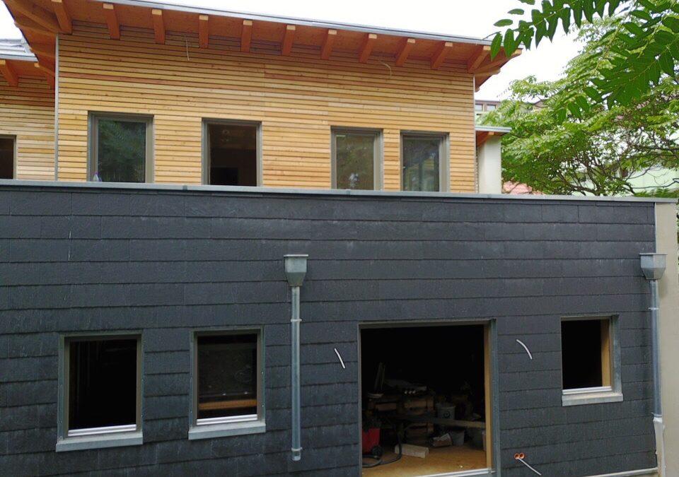 Fassade Holz vs. Naturschiefer